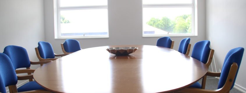 Her ses et mødelokale i et af Voxeværkerne